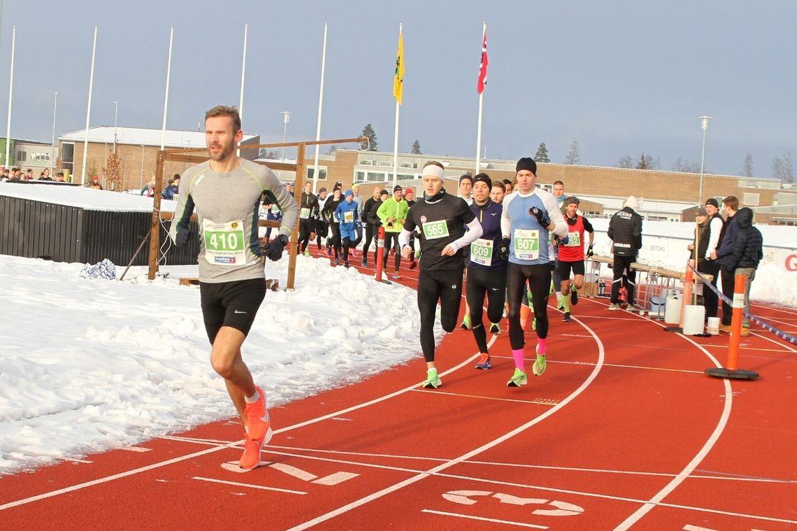 Det var vinterlige forhold, men nybrøytet friidrettsstadion, da Jessheim Vintermaraton ble arrangert med rekordstore startfelt. Her ser vi starten på halvmaraton med Jørgen Korum i tet. (Foto:Olav Engen)