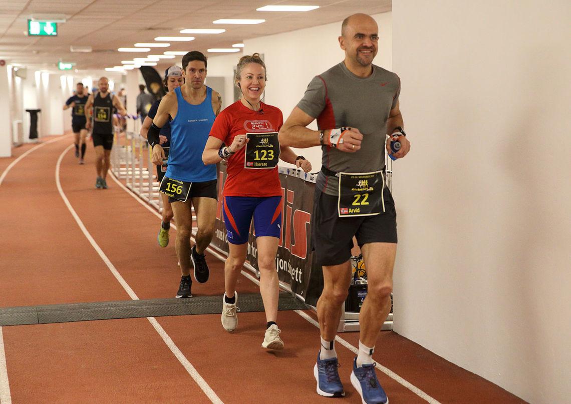 Løperne har spredd seg rundt hele den 546 meter lange banen etter 3-4 runder. Her ser vi Arvid Haugen, Therese Falk og Samuel Fredrikssson. (Foto: Per Inge Østmoen)