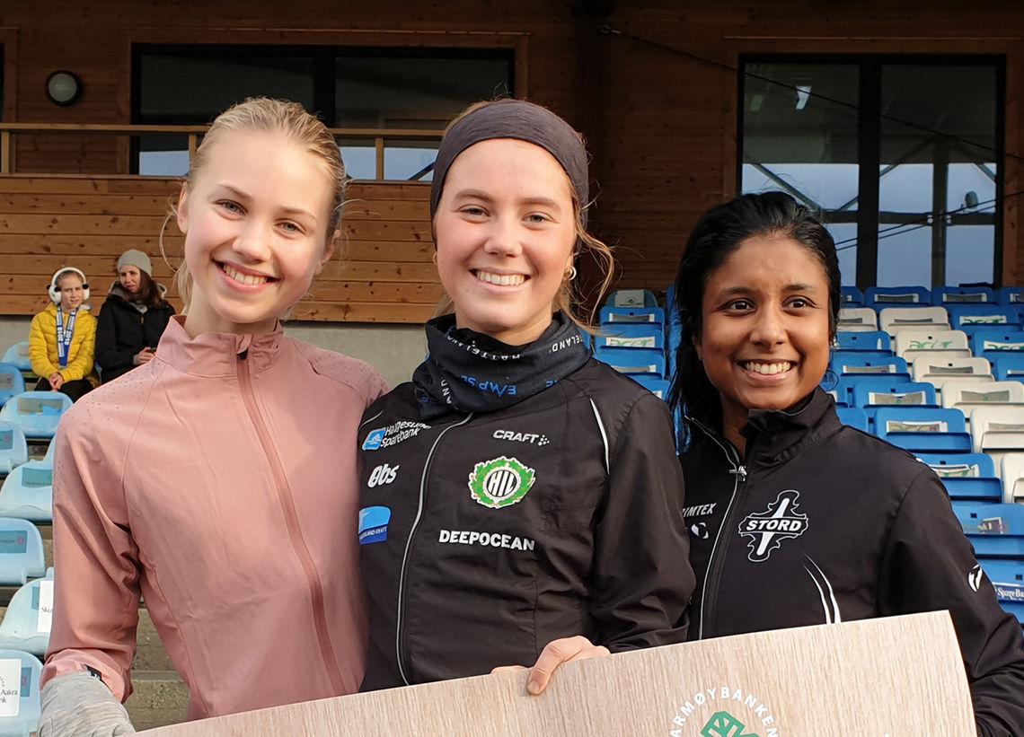 Kristine Lande Dommersnes (midten) vann 10 kilometeren framføre Emma Bauge (til venstre) og Katrine Hillestad. (Foto: Runar Gilberg)