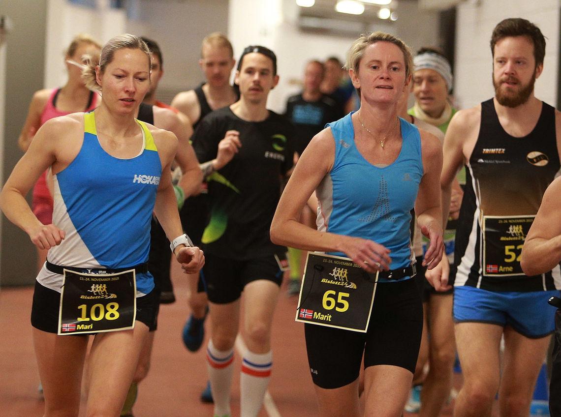 Mari Mauland (startnummer 108) og Marit Strengen er to av løperne som fortsatt holder koken etter 12 timers løping. Mari leder i øyeblikket kvinneklassen. (Foto: Kjell Vigestead)