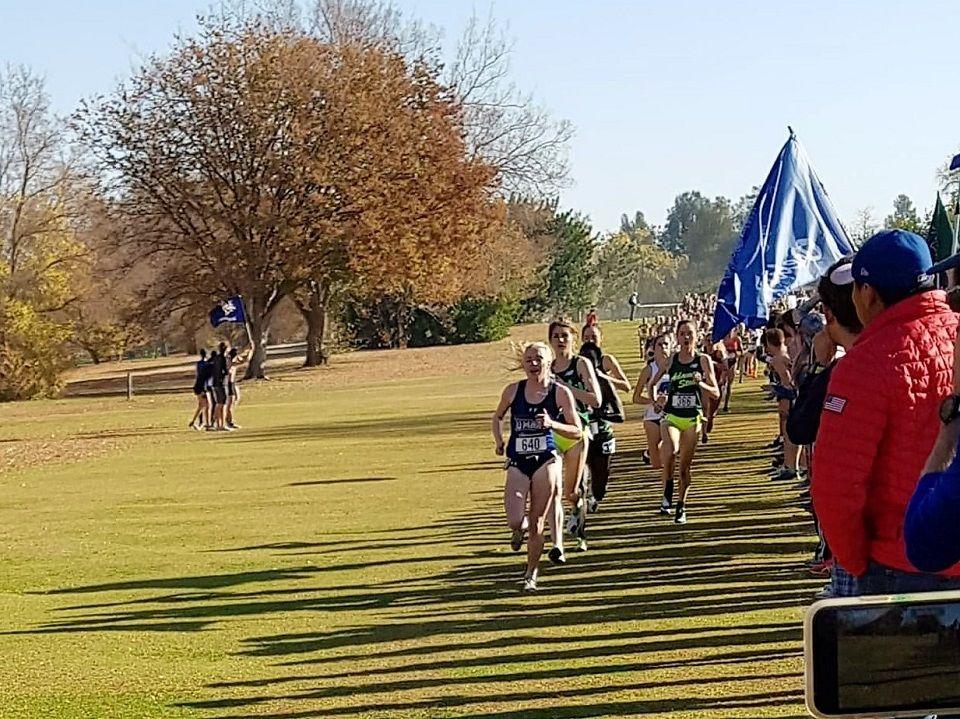 TØFF ÅPNING: Ida Meli Narbuvoll åpnet i kjent stil og ledet det 6 km lange terrengløpet fra start i Sacramento i California lørdag. (Foto: Dag Meli)