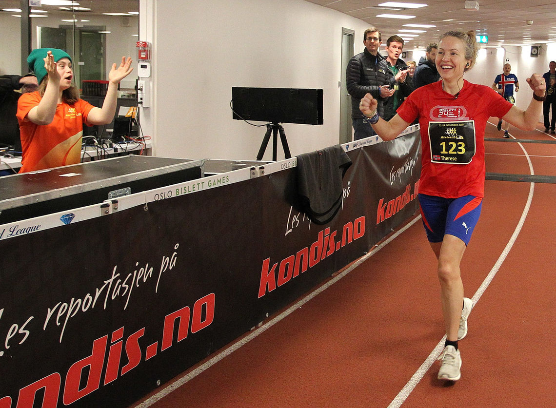 Bislett 24-tiumers var nest siste av rekordmange 66 norske ultraløp i 2019. På bildet ser vi Therese Falk som heies fram av Angela til NM-gull. (Foto: Kjell Vigestad)