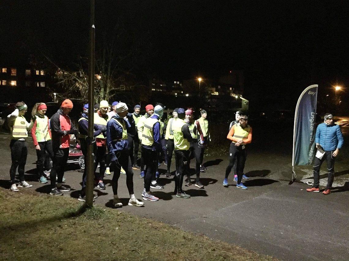Med 25 aktive på fellestarten kunne Pål-Erik Langøigjelten sende avgårde det største feltet så langt fra Prestrudhallen. (Foto fra Gå-joggens facebookside)