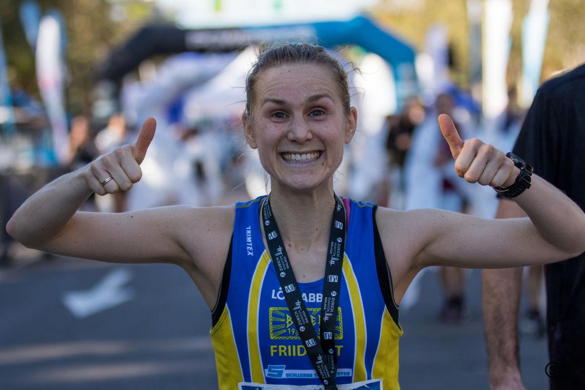 Heidi Dietrichson Pharo jubler etter en flott maratondebut i Malaga på den spanske sørkysten. (Foto: Sylvain Cavatz)