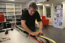 Ole Kristian Sauge demonstrerer hvordan han gjør sålen plan og glatt med stålsiklingen. Med fluorforbud vil ikke denne måten å behandle skiene på, bli noe mindre aktuell. (Foto: Marianne Røhme)