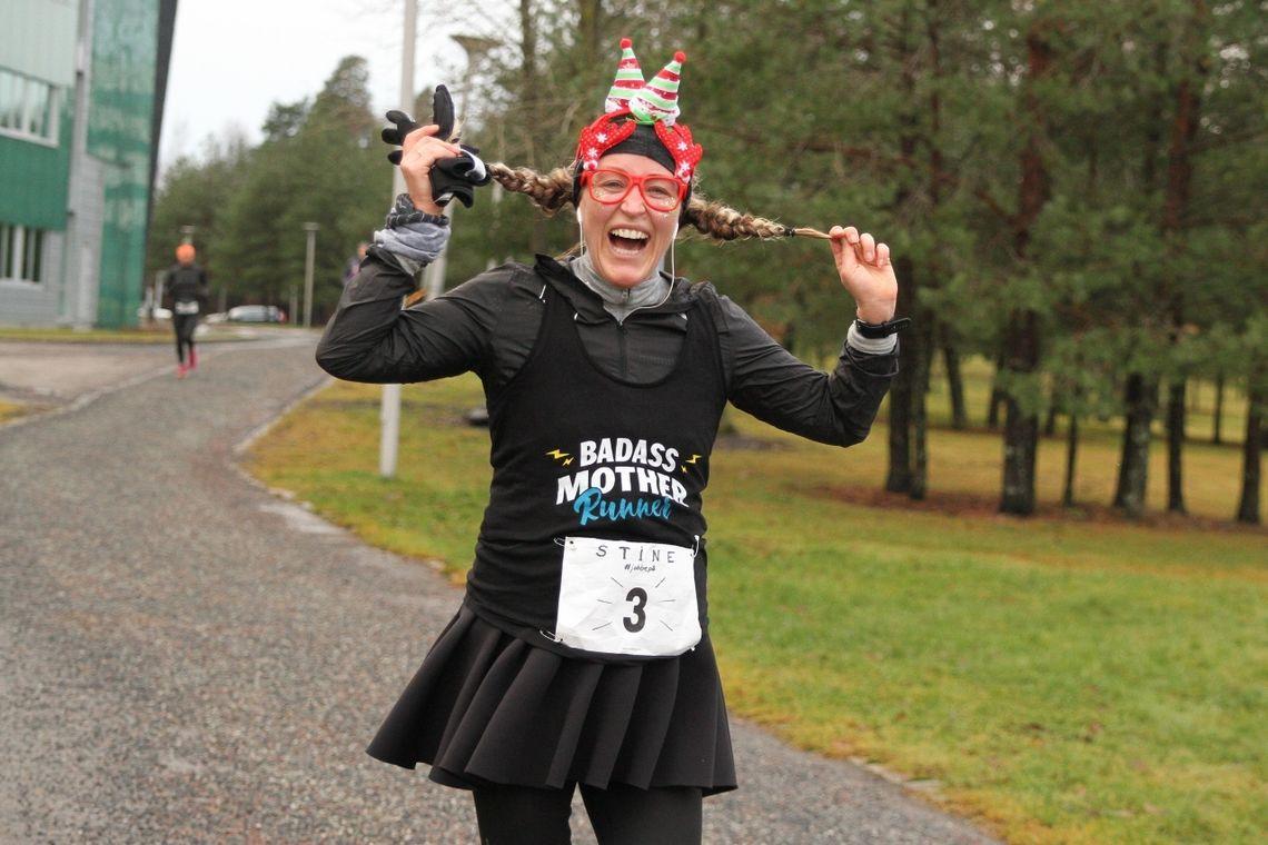 Stine Hartmann, dagens blideste og dagens mest gravide løper (28 uker) på Fornebu Juleultra der hun løp halvmaraton. (Foto:Olav Engen)