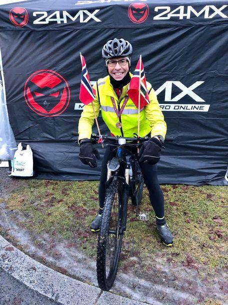 SE-Bakke_følgesyklist_med_flagg