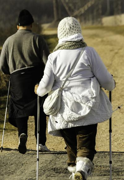 To gamle på tur med staver