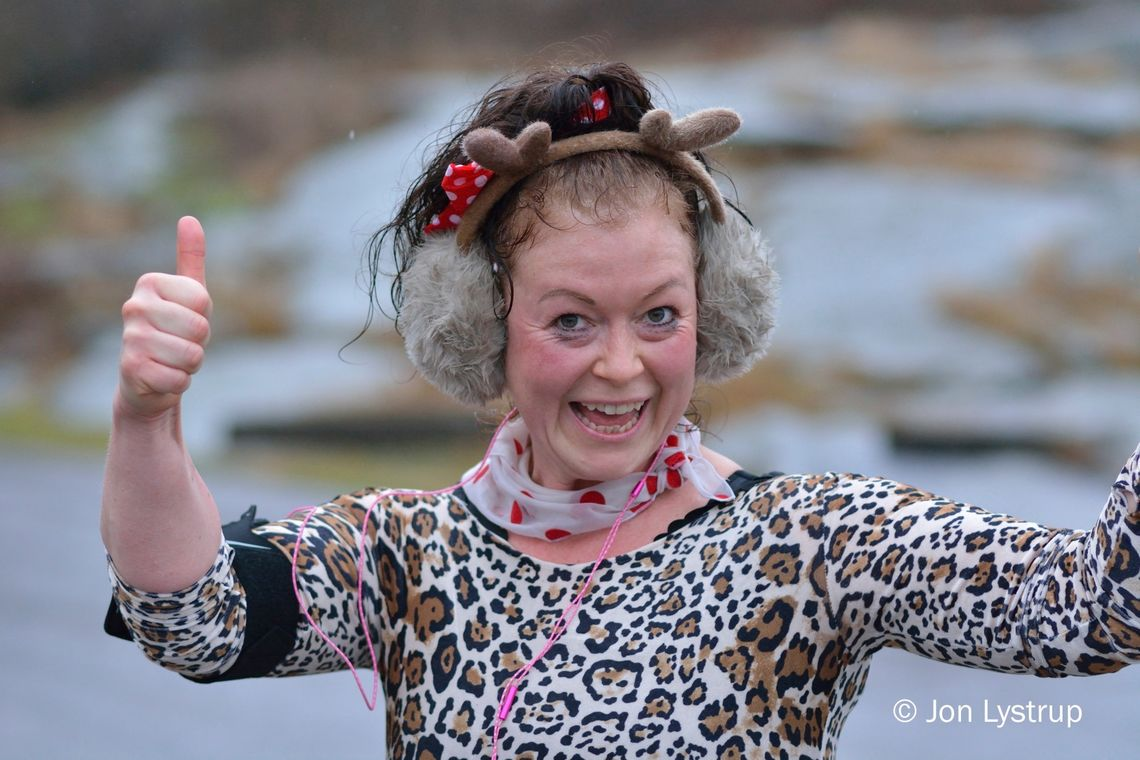 Det var surt og kaldt, men Maja Dietrichson - i dagens hotteste antrekk - hygget seg på 5-kilometeren likevel. (Foto: Jon Lystrup)