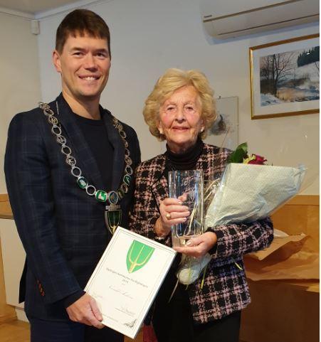 Norvald Aasheim fikk Frivillighetsprisen 2019 som ble tatt i mot av kona Randi og utdelt av ordfører Ståle Grøtte