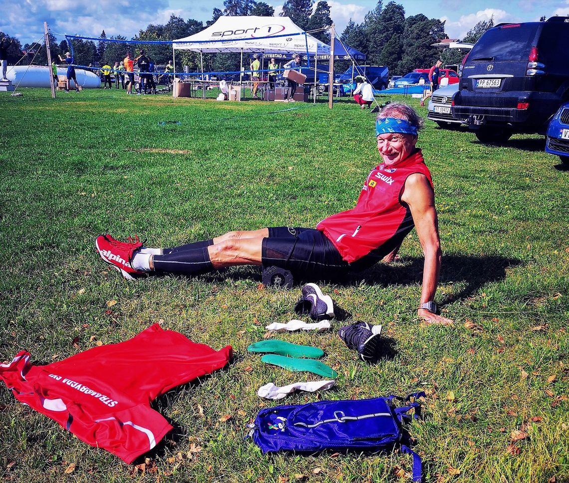 Jan Erik Bakken restituerer på vibrasjonsrulla mellom slagene i Tour of Mjøsa.