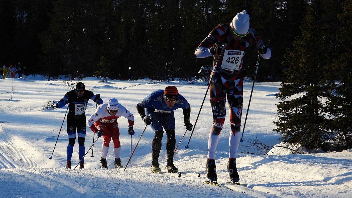 Tetkvartetten som hadde skilt seg ut allerede etter 6 km staking med Simen Østensen i føringen foran Christoffer Callesen, Sondre Grønvold og Øyvind Røgenes. (Foto: Stein Arne Negård)
