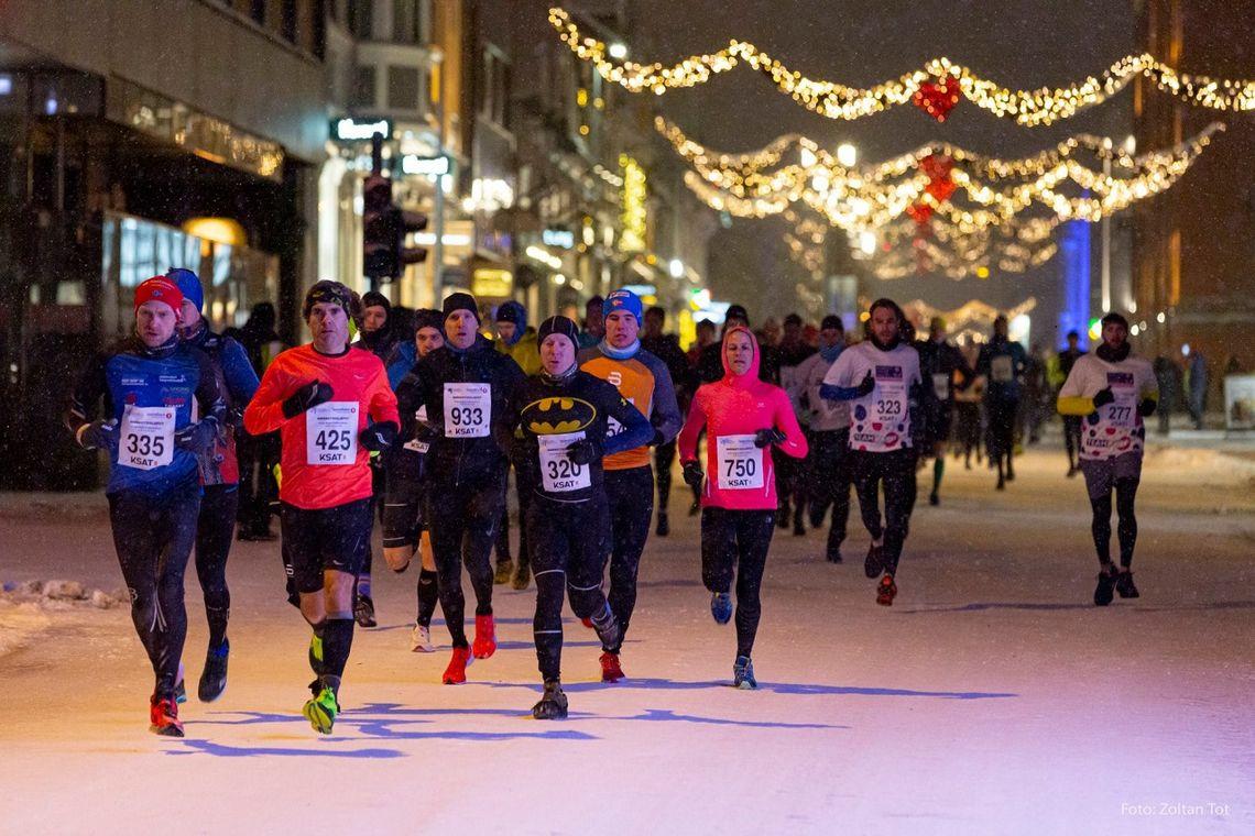Sør-afrikanske Liny-Lee Folscher (750) var best av over 300 kvinner i Polar Night Half Marathon som hun vant på 1:28:58. (Foto: Zoltan Tot)