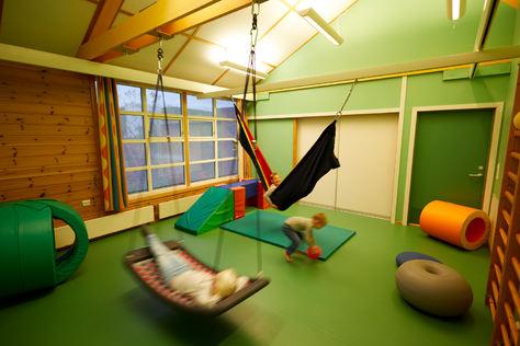 Barn i lek i det grønne rommet