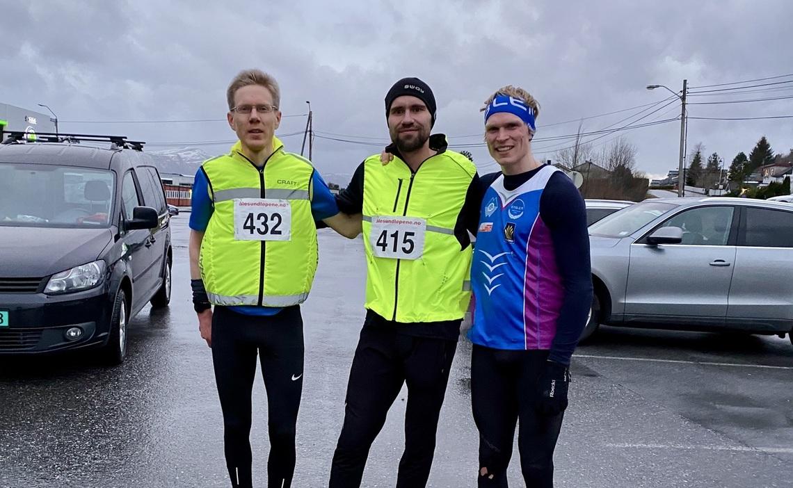 De tre beste herrene på 10 km. Fra venstre, Per Myren (3), Aron Dyb (vinner) og Asgeir Bakken Rognstad (2). Foto: Helge Fuglseth