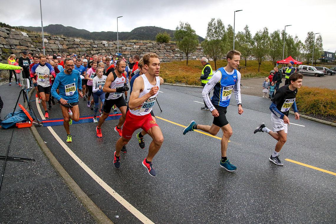 Starten på løpet den 5. september 2019. Ivar Stefansson fra Gular er raskt ute. Det er også han som har løyperekorden på 10 km.