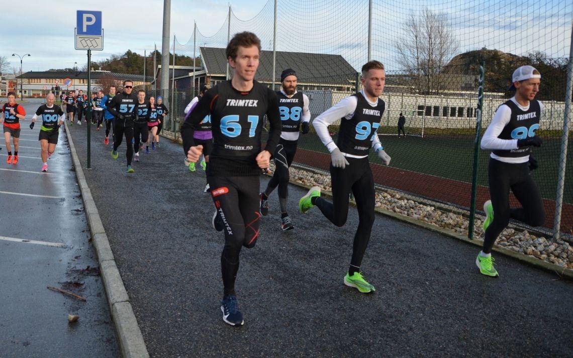 Like etter start på 10 km med vinneren 99 Kristian Tjørnhom lengst til høyre og andremann 61 Vegard Danielsen lengst til venstre. (Foto: Ivar Gogstad)