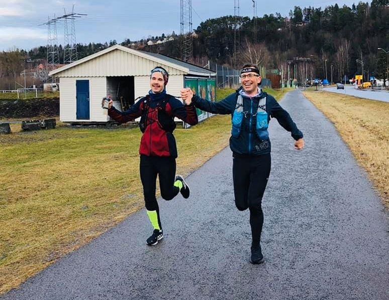 Svein-Erik Bakke og Magnus Thorud løp sammen de siste 30 kilometerne av ultraløpet, og krysser målstreken hånd i hånd. (Privat foto)