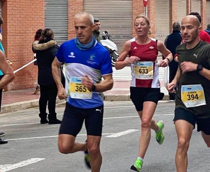 Synøve Brox setter stadig nye rekorder, her fra Santa Pola der  60-åringen sist helg løp halvmaraton på 1:24:29. (Foto: Jack Waitz)