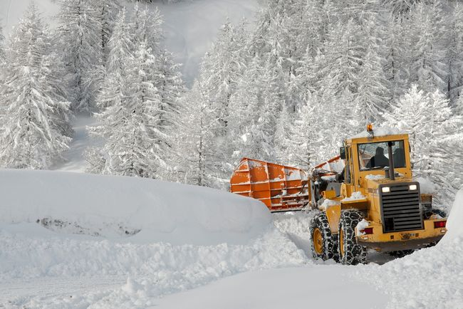 Hjullaster rydder snø