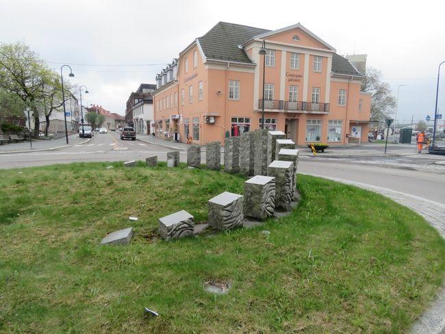 Bølgende kornåker i rundkjøing sentrum i Rakkestad kommune.jpg