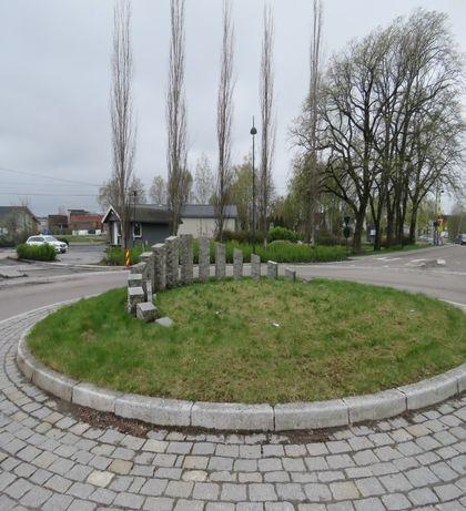 Bølgende kornåker - baksiden- i rundkjøring sentrum i Rakkestad kommune.jpg
