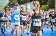 Et gjennomtenkt og godt program kan være nyttig når en skal løpe maraton. Her ser vi artikkelforfatter Anja Vaskinn nærme seg mål under Berlin Marathon i 2018. (Foto: sportograf.com)