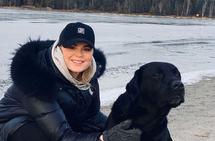 Camilla Balstad sitter sammen med hunden sin.