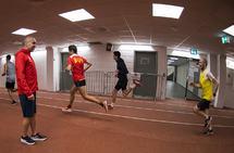 Hassan Bouka er trener for mosjonsgruppa i BUL og pleier enten å følge med fra sidelinjen, som her innendørs på Bislett, eller være med på treningen selv. (Foto: Bjørn Johannessen)