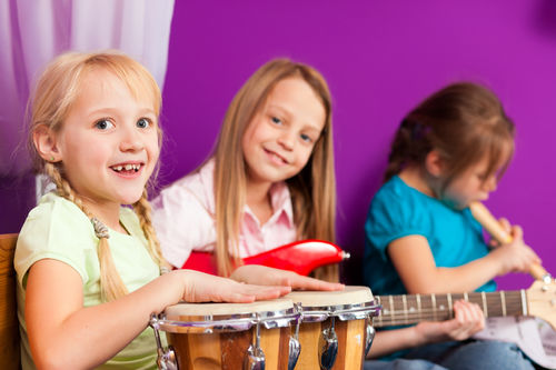 Barn spiller musikkinstrumenter
