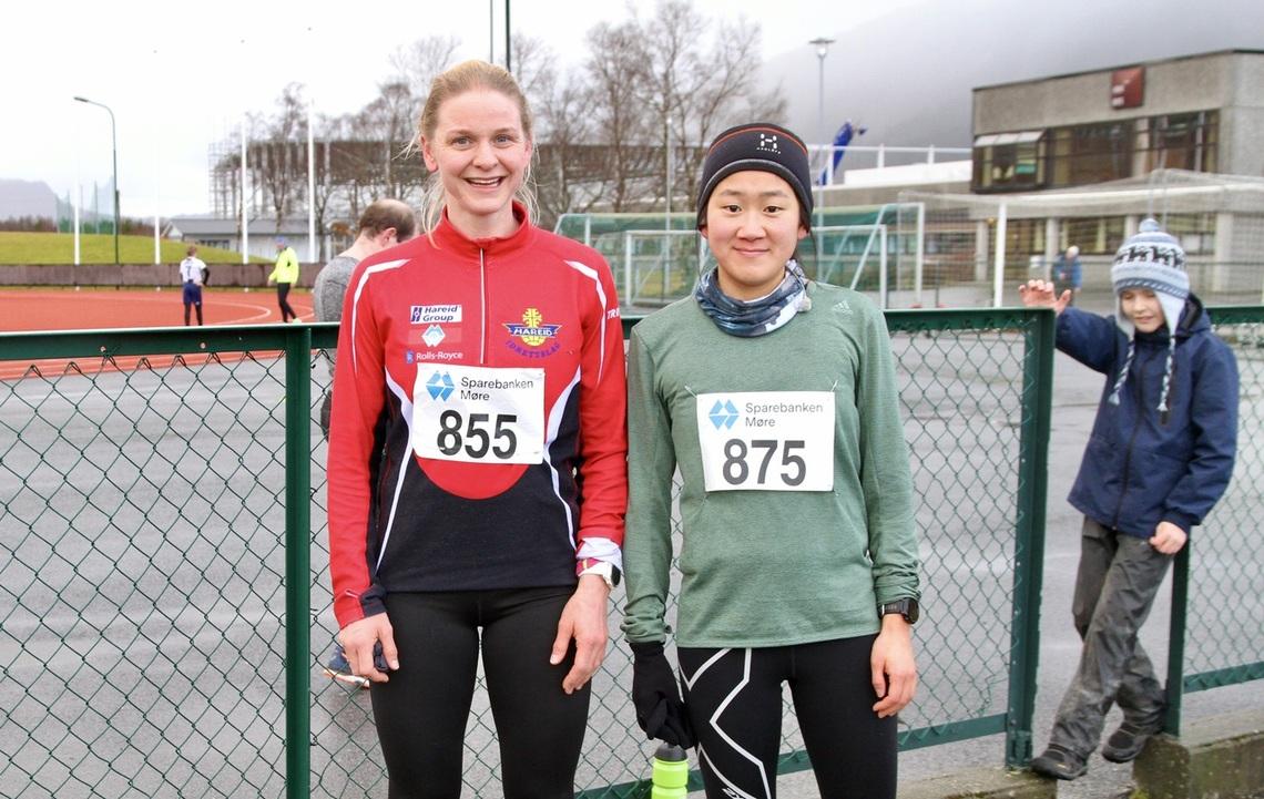 De to beste jentene fulgte hverandre tett gjennom heile løpet, men Oda hadde den beste spurten. Fra venstre, Oda Renate Topphol Midtflø (vinner) og Silje Kulen (nummer to)