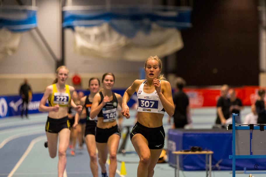 Malin Edland ved runding 200 meter før målgang - hun har distansert konkurrentene og øker ytterligere på den siste runden. (Foto: Sylvain Cavatz)