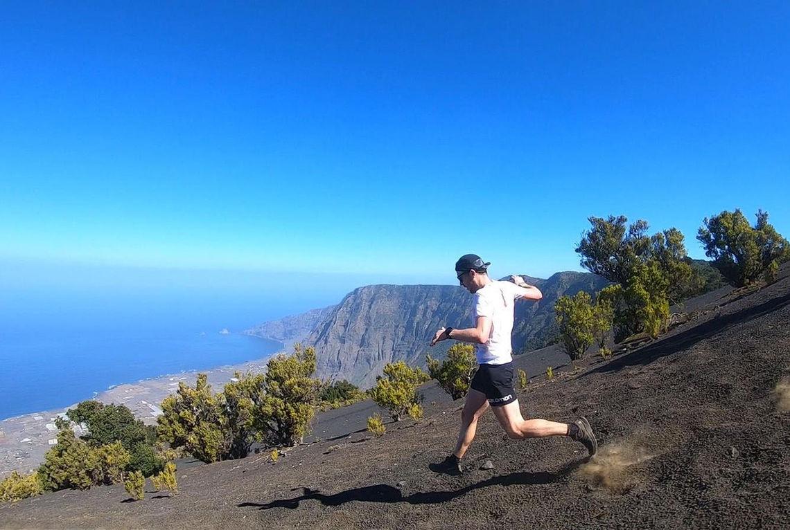 Stian Angermund-Vik på vei ned til mål og seier i Maraton del Meridiano. (Foto: Biel Ràfols)