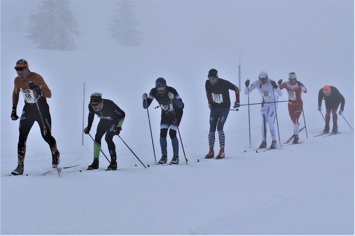 Lotta Udnes Weng (nr. to fra h.) sammen med  seks mannlige løpere på en lang, lang rekke like ved Storåsen etter 25 km. (Foto: Kjell Arild Andersen)