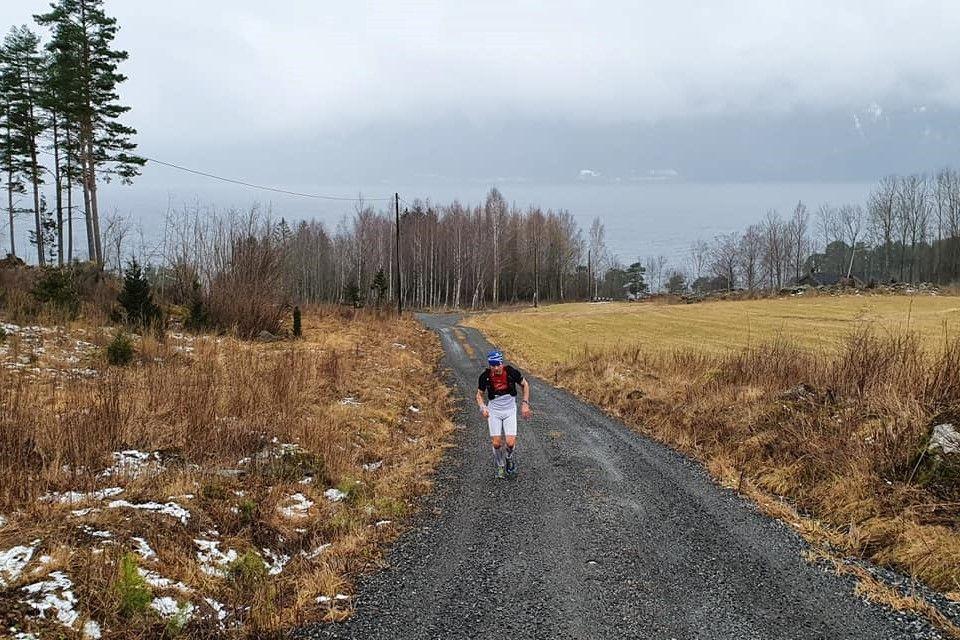 Vinner Paul Raistrick i kulturlandskapet langs Mjøsa. (Foto fra Bérghem Ultraløperklubbs facebookside)