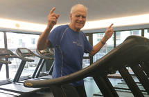 75 år gamle Arnt Ivar Høiberg er i sitt ess når han får trene på Staminas treningssenter, Family Sports Club, i Bergen. (Foto: Charlotte Wulf-Hjørnevik)