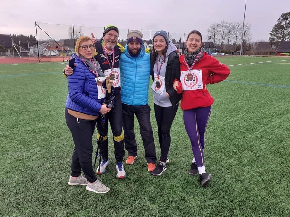 Jan Billy Aas sammen med familien Røstum som stilte sterkt med fire deltagere: Marya, Borge, Gabrielle og Helen. (Arrangørfoto)