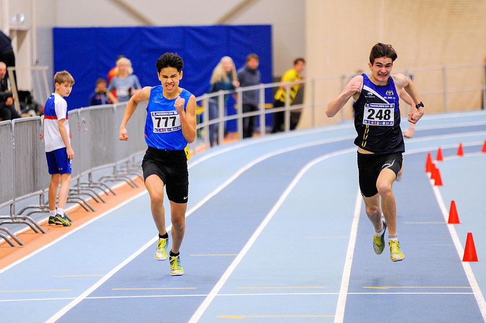 Phillip Morken vinner 600 meter etter en thrillerspurt med Vincent Samuel Gjerde (til venstre).