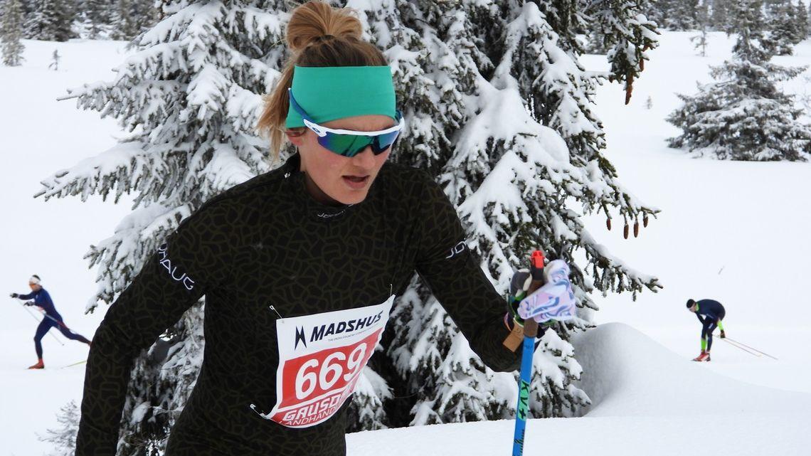 Martine Ek Hagen på veg opp til Pellestova på den første runden i Hafjell Ski Marathon lørdag. (Foto: Stein Arne Negård)