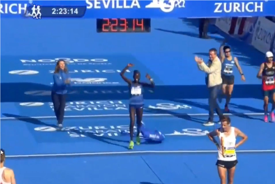 Juliet Chekwel går i mål som vinner av Sevilla Marathon.