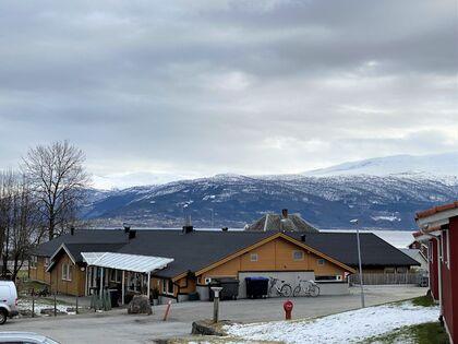 Sagatun barnehage i Balestrand sett mot fjorden.