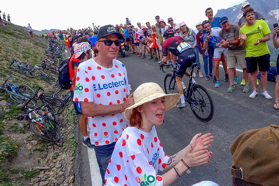 Oppover mot Col du Galibier er det stor jubel når rytterne passerer. Her er det 2018-vinneren Geraint Thomas som farer gjennom folkemengden.
