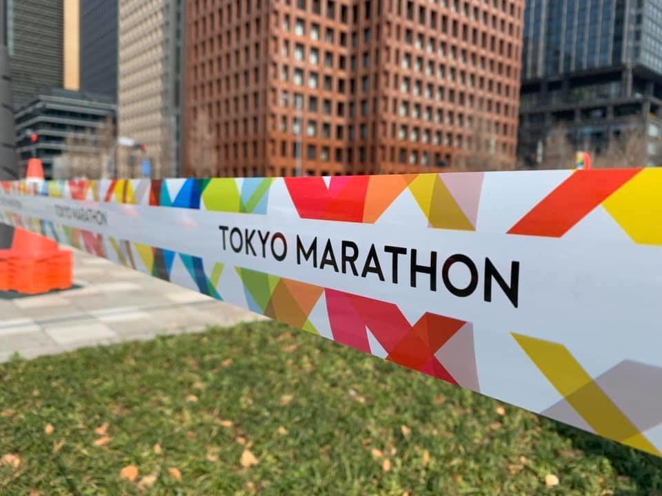 Sperrebånd for alle andre enn eliten i Tokyo Maraton. (Foto: Knut Bøvre)