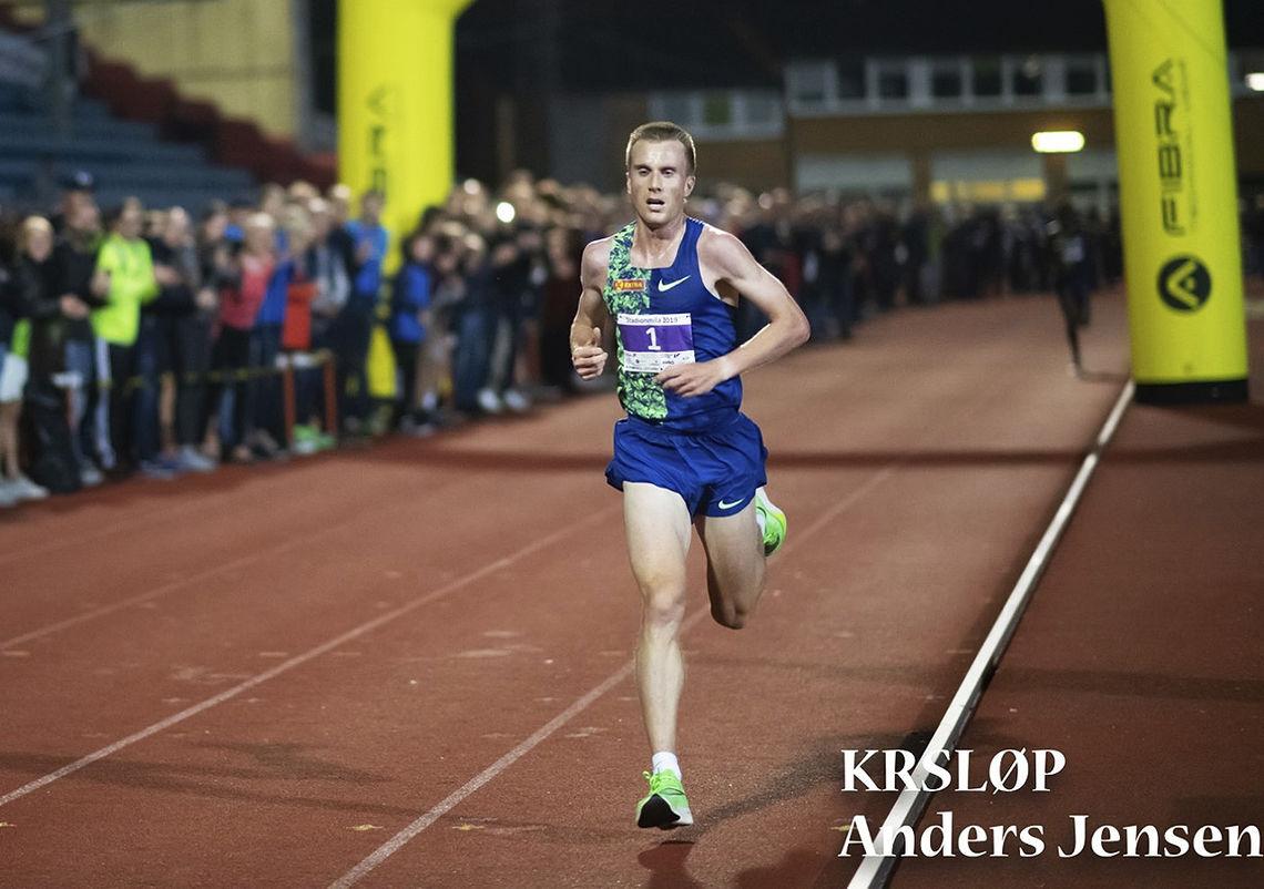 Ensom majestet: De siste sju rundene av rekordløpet var det ingen som klarte å følge Sondre Nordstad Moen. (Foto: KRSLØP / Anders Jensen)