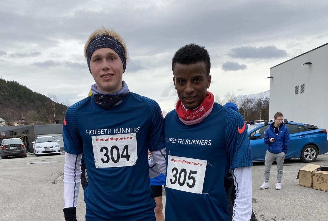 Vinnerne på 10 km, Håkon Stavik og Simon Steinshamn har fått nye sponsormidler, og løper nå på  laget Hofseth Runners. Det gjør også Anna Skorpen. Foto: Helge Fuglseth
