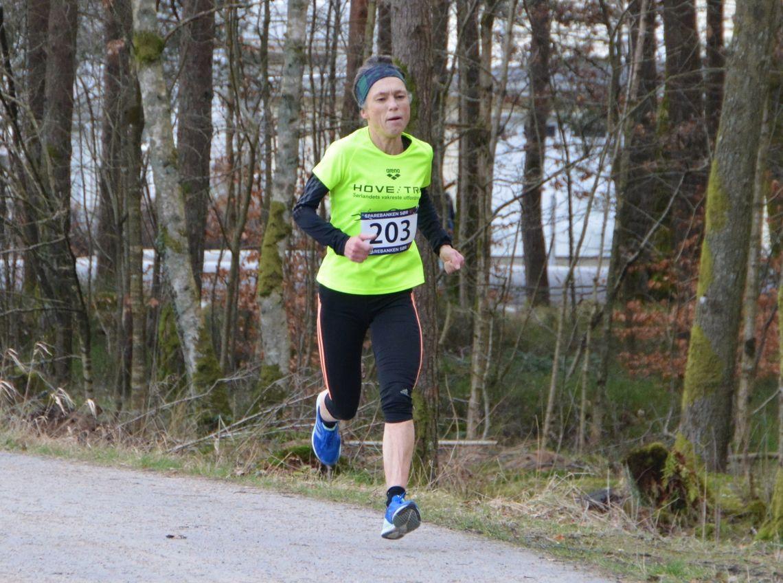 Den sterke veteranløperen Inger Saanum løper inn til seier på 10 km i Mandal. (Foto: Ivar Gogstad)