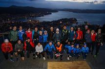 Et skumringsbilde med løpere og utsikt fra Fløyen