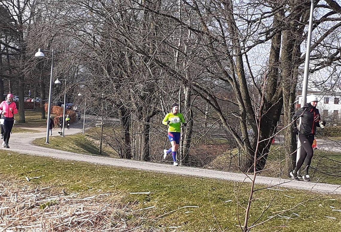 Mens Therese Falk løp i kort tights, var Svein-Erik Bakke, som ikke var innstilt på å yte maks, godt påkledd. (Foto: Jan Billy Aas)