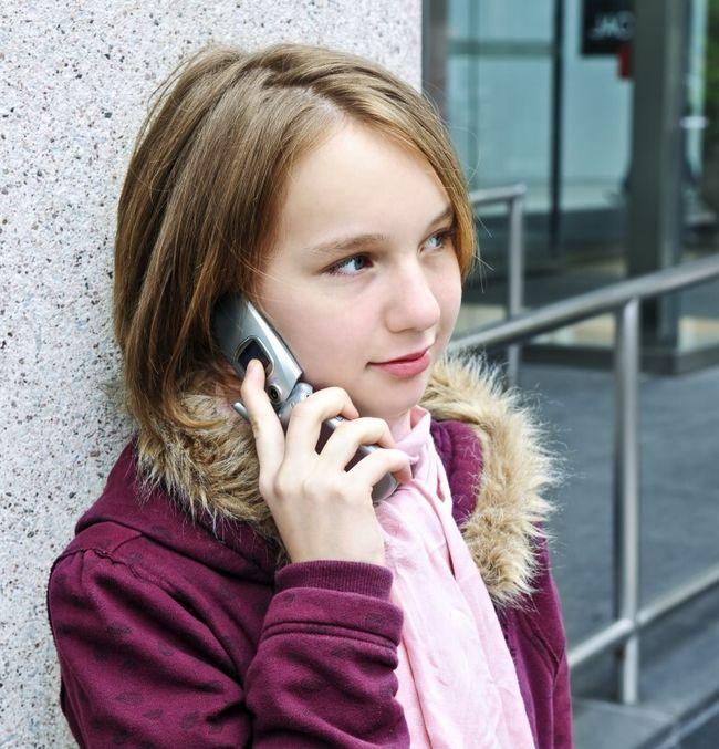 Jente snakker i telefonen