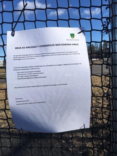 Plakat ved fotball- og idrettsanlegg for å forebygge smitte